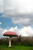 Гигантский искусственный пластинчатый гриб мухы на голубом небе стоковое изображение rf