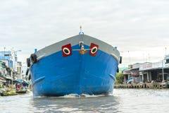 Гигантский корабль бежит через плавая западный плавая рынок Стоковые Фото