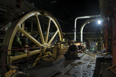 Гигантский маховик в старой колониальной фабрике Стоковые Фотографии RF