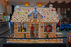 Гигантский дом хлеба имбиря во время сезона рождества стоковое изображение