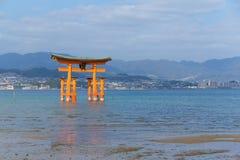 Гигантский плавая синтоистский строб torii святыни Itsukushima стоковые фотографии rf