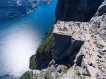 Гигантский утес Preikestolen над водой фьорда Lysefjorden, естественной привлекательности Взгляд сверху, полет над скалой Амвон п стоковое фото rf