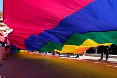 Гигантский флаг гордости и волонтеры стоковая фотография rf