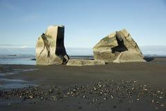 2 гигантских утеса на пляже отработанной формовочной смеси стоковое изображение