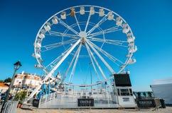 Гигантское колесо ferris было настроено на пляже Cascais впереди сезона xmas стоковые фотографии rf
