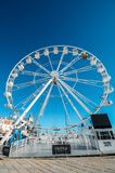 Гигантское колесо ferris было настроено на пляже Cascais впереди сезона xmas стоковая фотография
