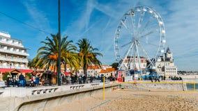 Гигантское колесо ferris было настроено на пляже Cascais впереди сезона xmas стоковые изображения rf