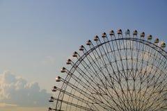 Гигантское колесо ferris на заходе солнца Стоковые Фотографии RF