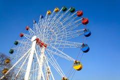 Гигантское колесо ferris против голубого неба Стоковая Фотография