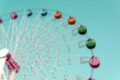 Гигантское колесо ferris против голубого неба Стоковые Фотографии RF
