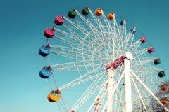 Гигантское колесо ferris против голубого неба Стоковое Изображение RF