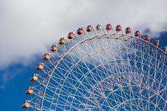 Гигантское колесо ferris ярмарки с голубым небом Стоковое Изображение