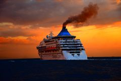 Гигантское туристическое судно на заходе солнца Стоковые Изображения RF