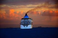 Гигантское туристическое судно на заходе солнца Стоковые Изображения