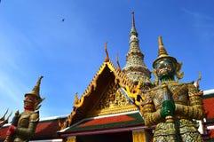 Гиганты попечителя, Wat Phra Kaew, Таиланд Стоковые Фотографии RF