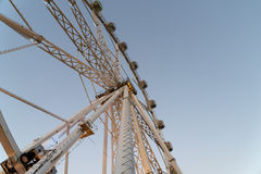 Гигант Ferris катит внутри парк потехи на ночном небе Стоковое Изображение RF