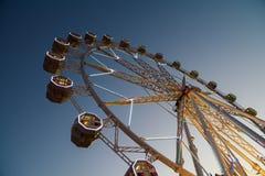Гигант Ferris катит внутри парк потехи на ночном небе Стоковая Фотография