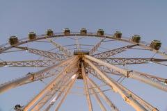 Гигант Ferris катит внутри парк потехи на ночном небе Стоковая Фотография RF