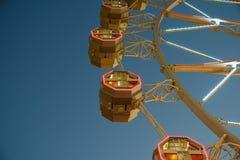 Гигант Ferris катит внутри парк потехи на ночном небе Стоковое Фото