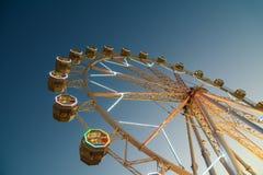 Гигант Ferris катит внутри парк потехи на ночном небе Стоковые Фотографии RF
