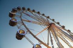 Гигант Ferris катит внутри парк потехи на ночном небе Стоковое фото RF