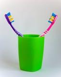 Гигиена Стойка 2 пестротканая зубных щеток в зеленом стекле Стоковая Фотография RF