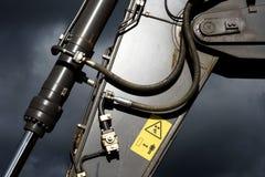 Гидравлическая рука машины пускает экскаватор по трубам стоковая фотография