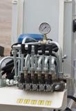 Гидравлические трубки, штуцеры и рычаги на пульте управления стоковое изображение