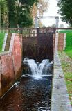 Гидравлическое ворот, регулятор ворот, уровень воды в канале стоковая фотография rf