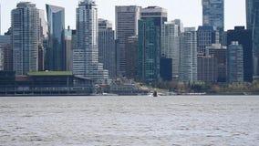 Гидросамолет касался вниз на море Ванкувера против центра города 2 сток-видео