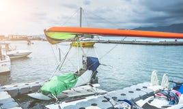 Гидросамолет припаркованный около пристани Стоковое Изображение