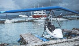 Гидросамолет припаркованный около пристани Стоковое Фото