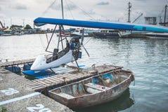 Гидросамолет припаркованный около пристани Стоковая Фотография RF