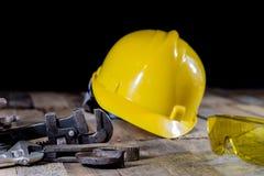 Гидротехник, инструменты для водопроводчика на деревянном столе Мастерская, ставит a на обсуждение стоковые фото