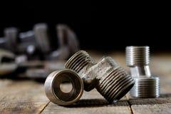 Гидротехник, инструменты для водопроводчика на деревянном столе Мастерская, ставит a на обсуждение стоковые изображения rf