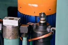 Гидротехник смазывают станцию на механическом инструменте на промышленном оборудовании Система смазки с маслом под давлением стоковые изображения