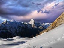 Гималаи, высокие пики идут снег ландшафт гор, Непал стоковые фото