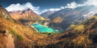 Гималайские горы и озеро с бирюзой мочат на заходе солнца Стоковая Фотография