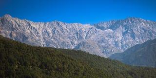 Гималайские пики около Dharamshala, Индии Стоковые Фото