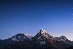 Гималаи в ноче стоковая фотография rf