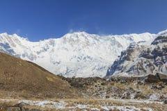 Гималаи Annapurna один горный пик в голубом небе, Непале стоковое изображение