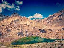Гималайский ландшафт с небольшим озером стоковое фото