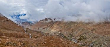 Гималайский ландшафт с дорогой, Ladakh, Индией стоковая фотография