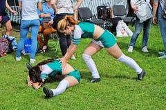 2 гимнаста - акробаты нагревая перед представлением на фестивале города Стоковое Изображение