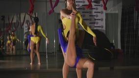 2 гимнаста делая протягивать совместно акции видеоматериалы