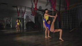 2 гимнаста делая протягивать совместно видеоматериал