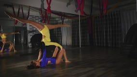 2 гимнаста делая фокус, шкаф акции видеоматериалы