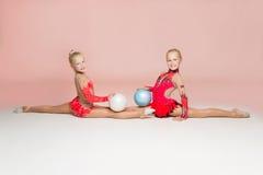 2 гимнаста smiley представляя с шариками Стоковые Изображения RF
