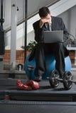 гимнастика бизнесмена разочарованная Стоковое Фото