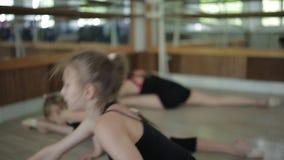 гимнастика звукомерная Подогрев 3 девушек в спортзале видеоматериал